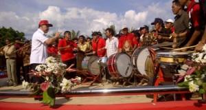 Bupati Mitra James Sumendap SH bertindak sebagai konduktor musik bambu di Festival Bentenan Lakban