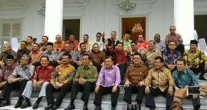 Para Gubernur se-Indonesia, termasuk Gubernur Sulut SH Sarundajang, berfoto bersama Presiden Jokowi dan Wapres Jusuf Kalla, Senin (24/11)