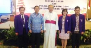 Walikota Manado, DR G.S Vicky Lumentut foto bersama dengan Uskup Manado, Joseph Suatan dan pengurus PDGI Manado.