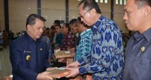 Gubernur SH Sarundajang menyerahkan DIPA 2015 kepada Kabupaten/Kota serta perwakilan SKPD Pusat.