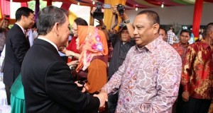 Gorontalo Governor Rusli Habibie conveyed greetings and Christmas greeting at the residence of the Governor SH Sarundayang on Bumi Beringin Manado, Thursday (25/12).