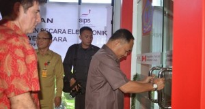 Wagub djouhari Kansil saat membuka pintu sebagai tanda diresmikannya ruangan LPSE Pemprov Sulut.