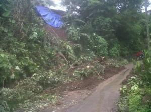 Lokasi longsor di Kelurahan Taas lingkungan 5, tanah menimbun jalan umum.