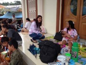 Ibu Wakil Walikota Manado Seyla Mangindaan Kudati berbaur dengan pengungsi usai pembagian makanan siap saji.