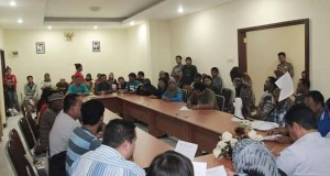 Ratusan Warga Tuminting penuhi kantor DPR Manado.