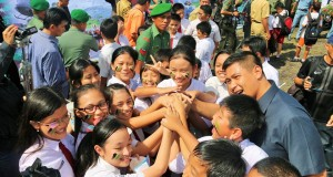Wakil Walikota Manado, DR Harley Ai Mangindaan dikerumuni anak sekolah.