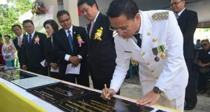 Walikota Tomohon Jimmy Feidie Eman, SE.Ak. ketika penandatanganan prasasti proyek-proyek di Kota Tomohon.
