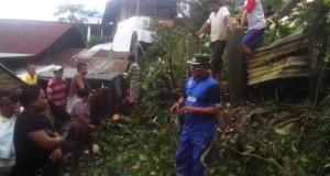Camat Tikala, M Sofyan AP Msi, memberikan himbauan kepada warga Banjer Lingkungan 4 dan 5 dilokasi longsor.