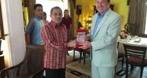 Bupati Minahasa Jantje Sajow bersama Konjen AS di Surabaya