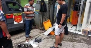 Polisi melakukan olah TKP pada ATM Danamon yang dibobol.