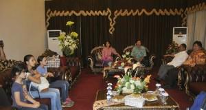 Dubes AS bersama Istri dan anak-anak tiba di Manado. Mereka disambut Wagub Djouhari Kansil dan Ketua DPRD Sulut Steven Kandouw di VIP Bandara Sm Ratulangi Manado, Rabu (7/1).