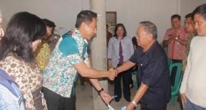 Wali Kota Eman menyerahkan bantuan untuk perkuat pangan, Kamis (26/2)