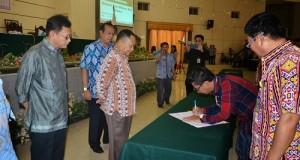 Wagub Kansil menyaksikan penandatanganan kontrak lelang barang dan jasa milik pemeintah
