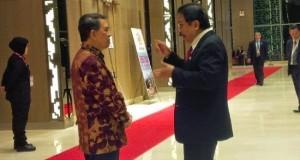 Gubernur SH Sarundajang berbincang dengan anggota delegasi KTT di Malaysia.