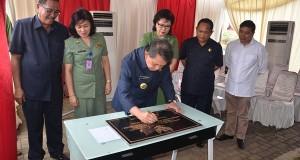 Penandatanganan dokumen prasasti pembangunan RS Mata Sulut.