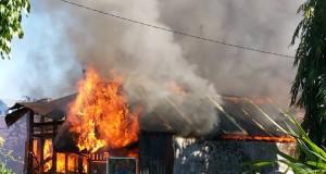 Api melalap rumah di Sario Tumpaan.
