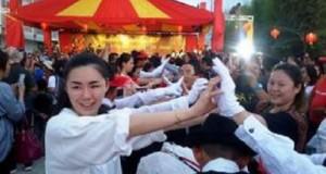 The joy of Chinese tourists at Katrili dance
