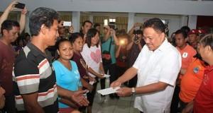 Gubernur Olly Dondokambey SE menyerahkan bantuan secara langsung kepada para korban banjir di Tandurusa Bitung