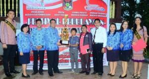 Pemenang pertama lomba pidato bahasa daerah bersama Kadis Pariwisata Minahasa Agustivo Tumundo