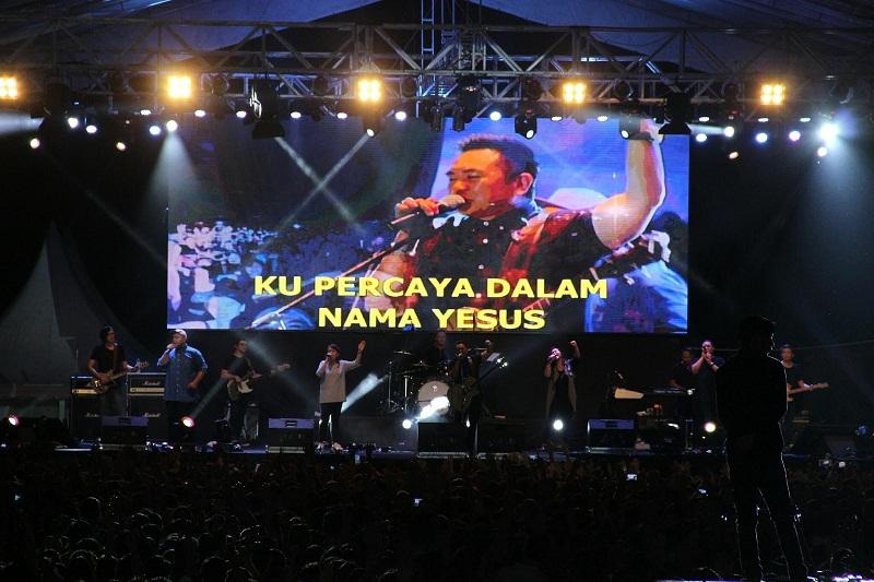 Suasana Malam Konser Rohani Sidney Mohede yang menghipnotis puluhan warga di lapangan KONI Sario Manado
