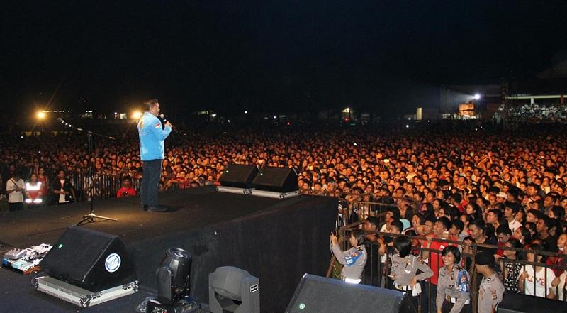 Ketua DPD KNPI Sulut Bung Jackson Kumaat, penggagas Konser Rohani Sidney Mohede tampil dihadapan puluhan ribu warga yang memadati Lapangan KONI Sario Manado
