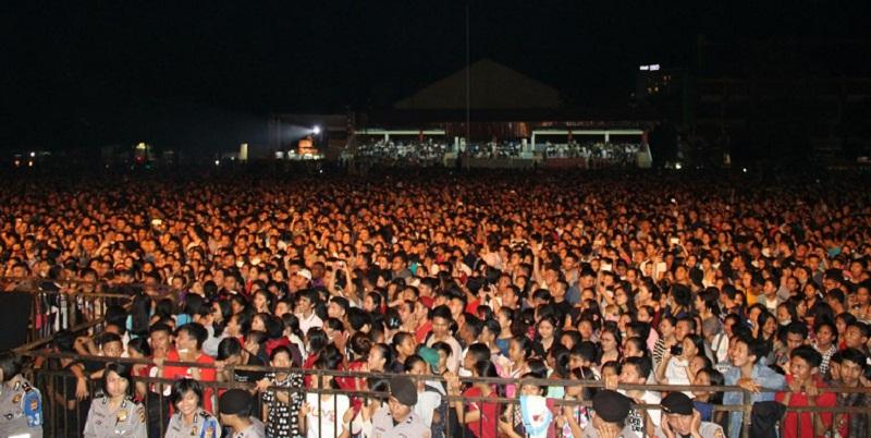 Puluhan Ribu Warga memadati penutupan Paskah Nasional dan Pekan Kerukunan Nasional 2017 yang dikemas dengan Konser Rohani Sidney Mohede di Lapangan Koni Sario Manado