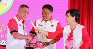 Menhan RI Letjen (Purn) TNI Ryamizard Ryacudu, Gubernur Sulut Olly Dondokambey SE dan artis Titiek Puspa di Hari peluncuran Bela Negara di Manado