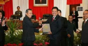 Gubernur Sulut Olly Dondokambey SE menerima dokumen hasil pemeriksaan BPK RI terhadap Laporan Keuangan TA 2016 dengan predikat WTP dari Kepala BPK RI