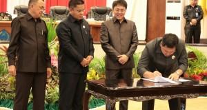 Disaksikan Pimpinan DPRD Sulut, Wagub Drs Steven OE Kandouw menandatangani berita acara penyerahan dokumen Perda Pertanggungjawaban pelaksanaan APBD Pemprov Sulut Tahun Anggaran 2016 setelah disetujui melalui Rapat Paripurna DPRD Sulut, Kamis (20/7/2017).