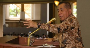 Defense Minister Ryamizard Ryacudu delivers a general lecture during an orientation event for new students at the University of Indonesia in Depok, West Java, on Aug. 5. (Courtesy of the University of Indonesia/file)
