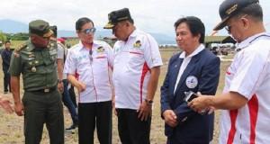 Gubernur Sulut Olly Dondokambey didampingi Walikota Manado GSVL saat pembukaan iven terjun payung