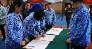 Wakil Walikota Manado Dominus Mor Bastian SE saat menyaksikan penandatanganan dokumen pengambilan sumpah dari ASN Pemkot Manado