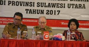 Asisten I Setda Pemprov Sulut Drs John Palandung MSi (tengah) mewakili Gubernur Sulut Olly Dondokambey SE, Kaban Bapelitbangda Sulut dr Jemmmy Lampus