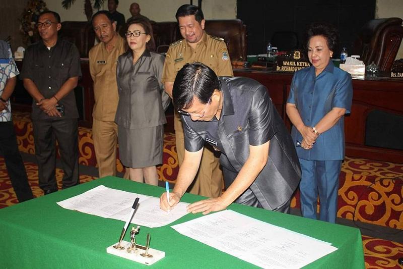 Penandatanganan dokumen Ranperda menjadi Perda oleh Walikota Manado Dr Ir GSV Lumentut SH MSi DEA