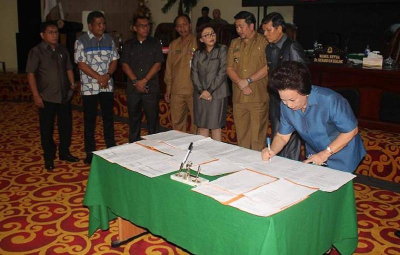 Penandatnganan Mou dokumen Ranperda menjadi Perda oleh Ketua DPRD Kota Manado Nortje van Bone
