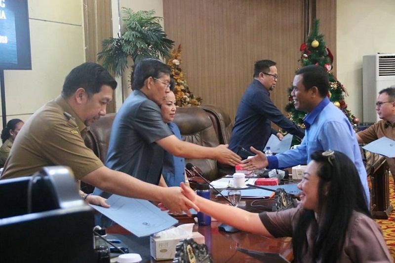 Para anggota DPRD Kota Manado menyalami pimpinan rapat dan pihak eksekutif Kota Manado