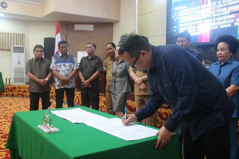 Penandatnganan Mou dokumen Ranperda menjadi Perda oleh Wakil Ketua dr Richard Sualang
