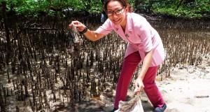Ketua Bhayangkari Polda Sulut Ny Ruthy Bambang Waskito saat membersihkan pantai