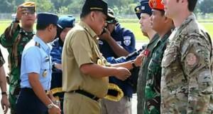 Gubernur Sulut Olly Dondokambey SE saat menyematkan Pin pada prajurit kedua negara yang berlatih di