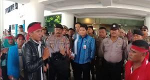 Para penjual Pisgor di pantai Malalayang Dua Kota Manado saat menyampaikan aspirasi di Kantor Gubernur Sulut, Kamis (22/3/2018)