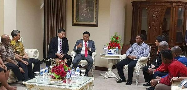 Didampingi Wagub Drs Steven OE Kandouw, Gubernur Sulut Olly Dondokambey SE menjelaskan komitmen Pemprov Sulut dalam memberikan perhatian pada upaya penyelamatan Terumbu Karang