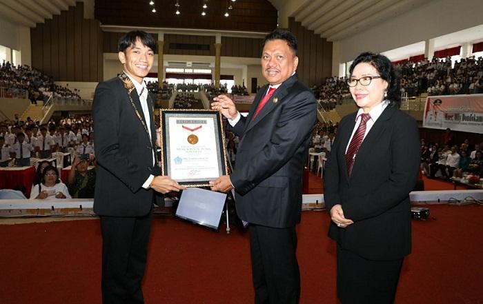 Meneer Olly Dondokambey SE saat menerima Penghargaan Rekor MURI didampingi Kadis Pendidikan Nasional Provinsi Sulut dr Grace Punuh MKes usai mengajar Empat Pilar Kebangsaan