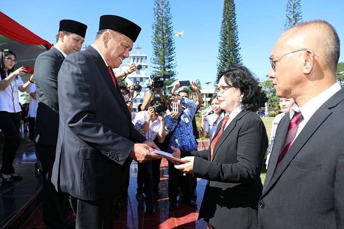 Gubernur Sulut Olly DOndokambey SE menyerahkan penghargaan kepada Kadis Pendidikan Nasional Prov Sulut dr Grace Punuh MKes pada Upacara Peringatan Hardiknas 2 Mei 2018 di Tondano Minahasa-Sulut