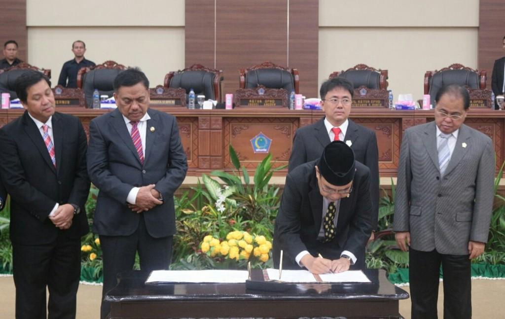 Penandatanganan dokumen LHP oleh BPK RI sebelum diserahkan kepada Gubernur Sulut