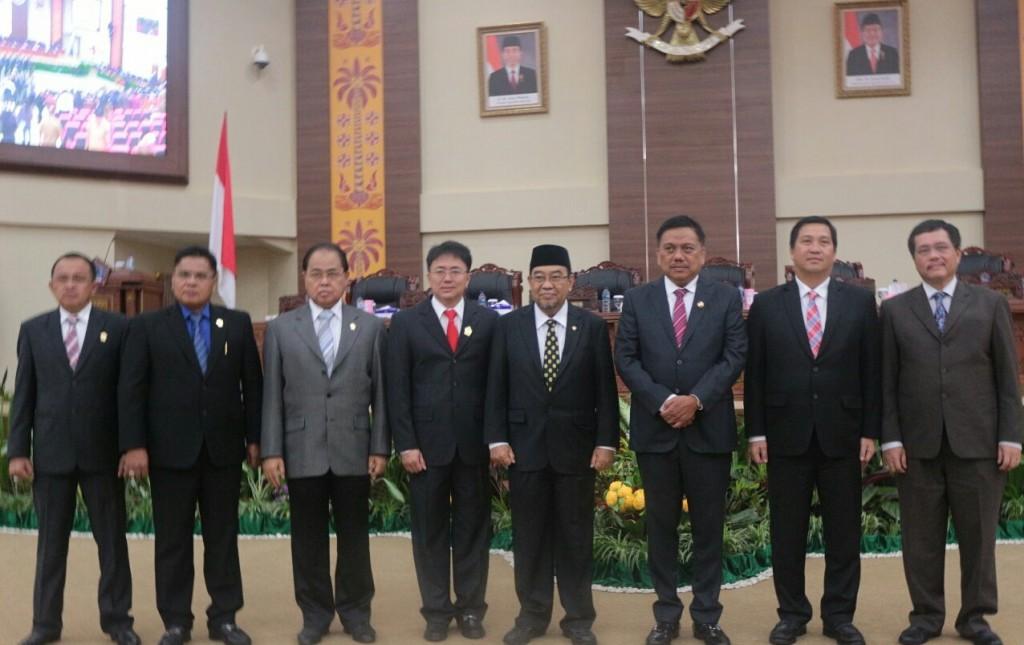Foto bersama Gubernur dan Wagub, Ketua dan Wakil Ketua DPRD, BPK RI
