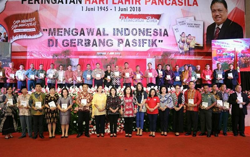 """Foto bersama sang Penulis Buku """"Mengawal Indonesia di Gerbang Pasifik"""" dengan sejumlah tokoh dan pejabat teras di daerah"""