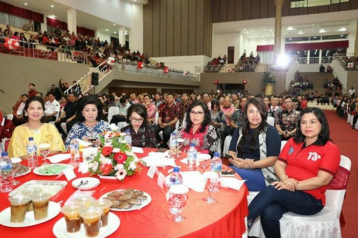 Ketua TP PKK Sulut Ir Rita Maya Dondokambey Tamuntuan didampingi Wakil Ketua TP PKK dr Katika Devi Kandouw Tanos MARS ikut menghadiri peluncuran buku