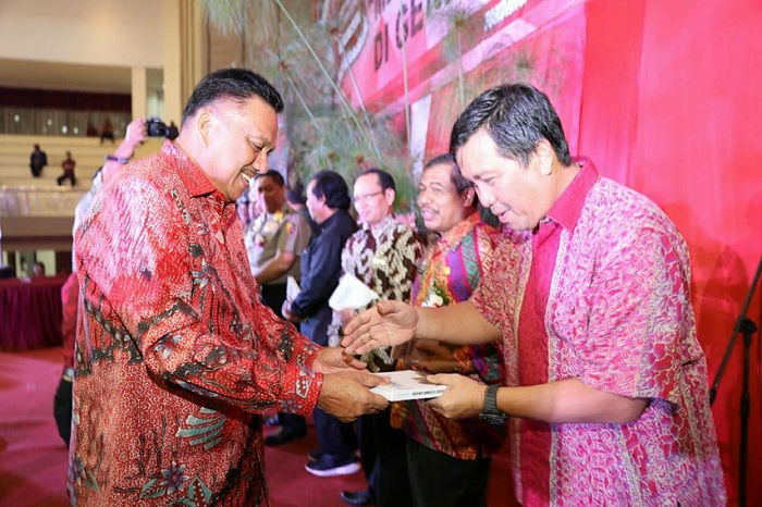 Wakil Gubernur Sulut Drs Steven OE Kandouw saat menerima buku hasl karya Olly Dondokambey SE