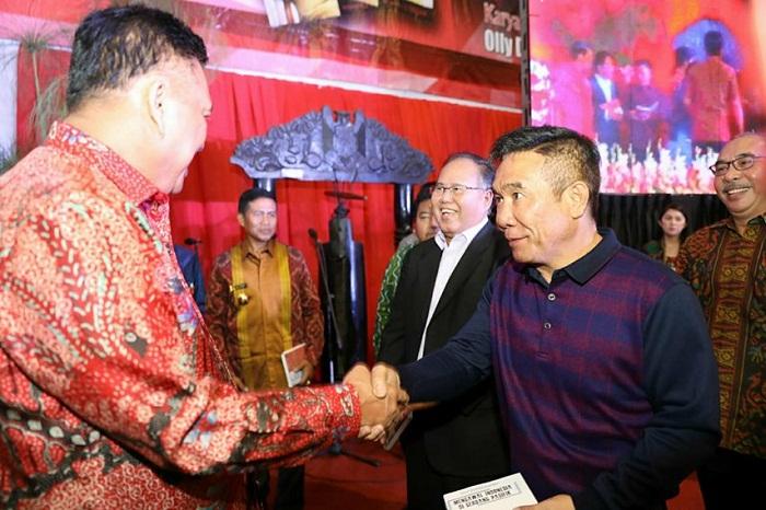Hengky A Gerungan saat menerima buku dari Gubernur Sulut Olly Dondokambey SE