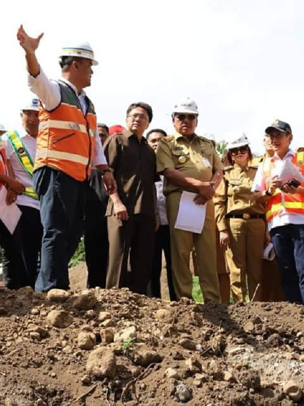 Gubernur Sulut Olly Dondkambey SE mendapat penjelasan dari petugas lapangan